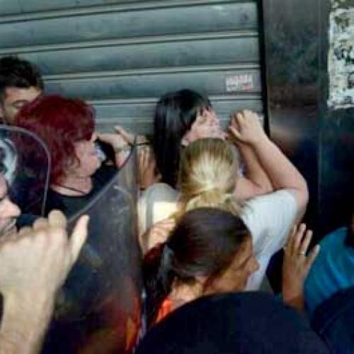 Σύλληψη αγωνιζόμενης καθαρίστριας - μεταφέρθηκε στο ΚΑΤ