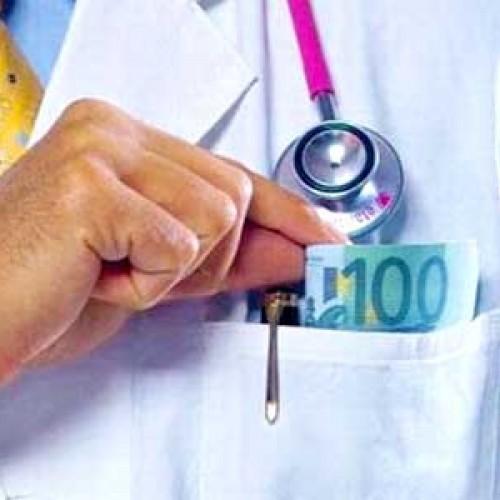 Στα «μαλακά» γιατροί που παίρνουν φακελάκια