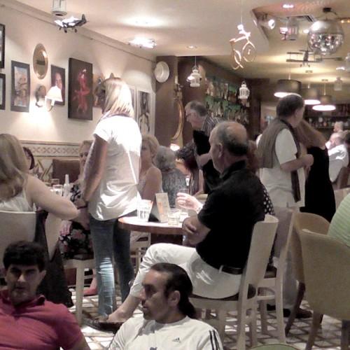 Ένα καλλιτεχνικό, αποχαιρετιστήριο πάρτι στο καφέ McOza, στη Βέροια
