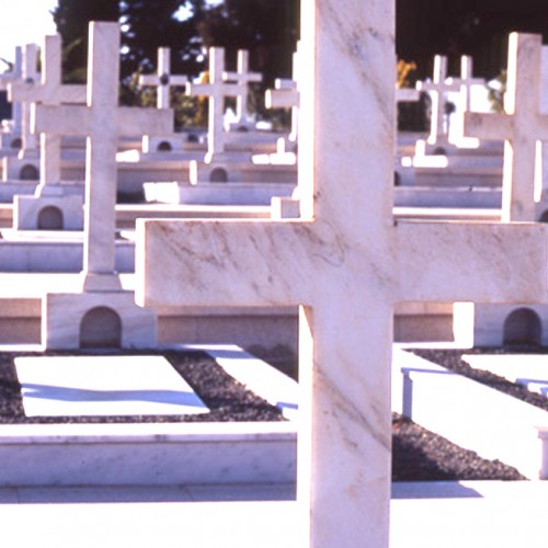 Χαλκιδική: Ξεθάβουν τους νεκρούς και πετούν τα οστά τους στα σκουπίδια