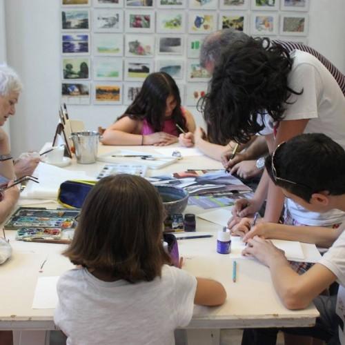 """Μικροί και μεγάλοι """"μαθητές"""" ζωγραφίζουν στον εκθεσιακό χώρο της Γκαλερί Παπατζίκου, στη Βέροια"""