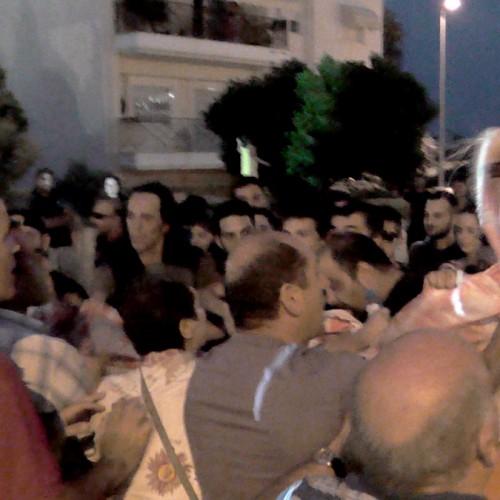 """Άγρια συμπλοκή αντιεξουσιαστών - διαδηλωτών υπέρ του """"ΝΑΙ"""" στην πλ. Δημαρχείου της Βέροιας (VIDEO)"""
