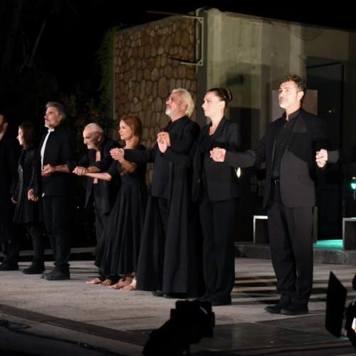 """Η """"Αντιγόνη"""" του Θέμη Μουμουλίδη – Μια εμπνευσμένη παράσταση με μοντέρνα σκηνοθετική ματιά"""