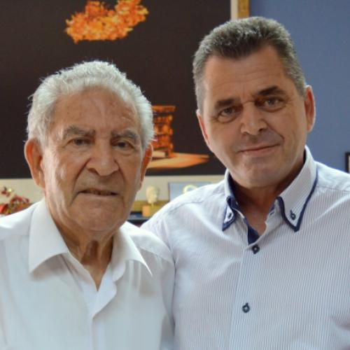 Στον αντιπεριφερειάρχη Ημαθίας Κώστα Καλαϊτζίδη δώρισε ο πρώην αντινομάρχης Ορέστης Σιδηρόπουλος τη νέα του συγγραφική εργασία