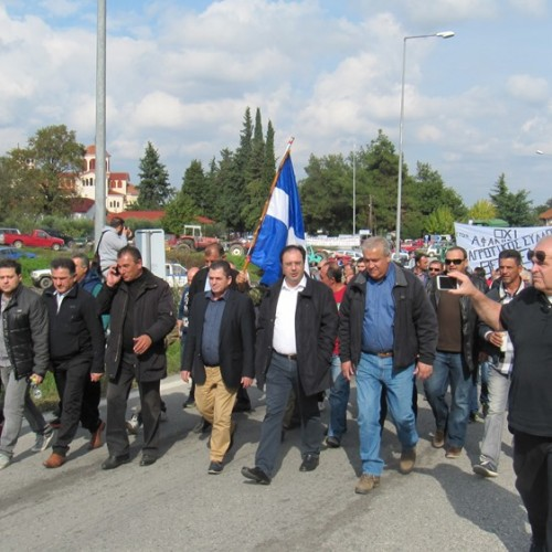 Εκατοντάδες αγρότες από Ημαθία και γύρω περιοχές στον κόμβο της Κουλούρας εξέφρασαν την αντίθεση τους στα μέτρα που τους ξεκληρίζουν