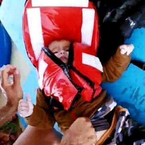 Συγκλονιστική διάσωση μωρού, που επέπλεε με σωσίβιο μόνο του στο Αιγαίο, από Τούρκους ψαράδες - Video