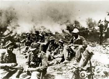 Γερμανοί-στρατιώτες-ξεκουράζονται-πίσω-τα-Καλάβρυτα-καίγονται