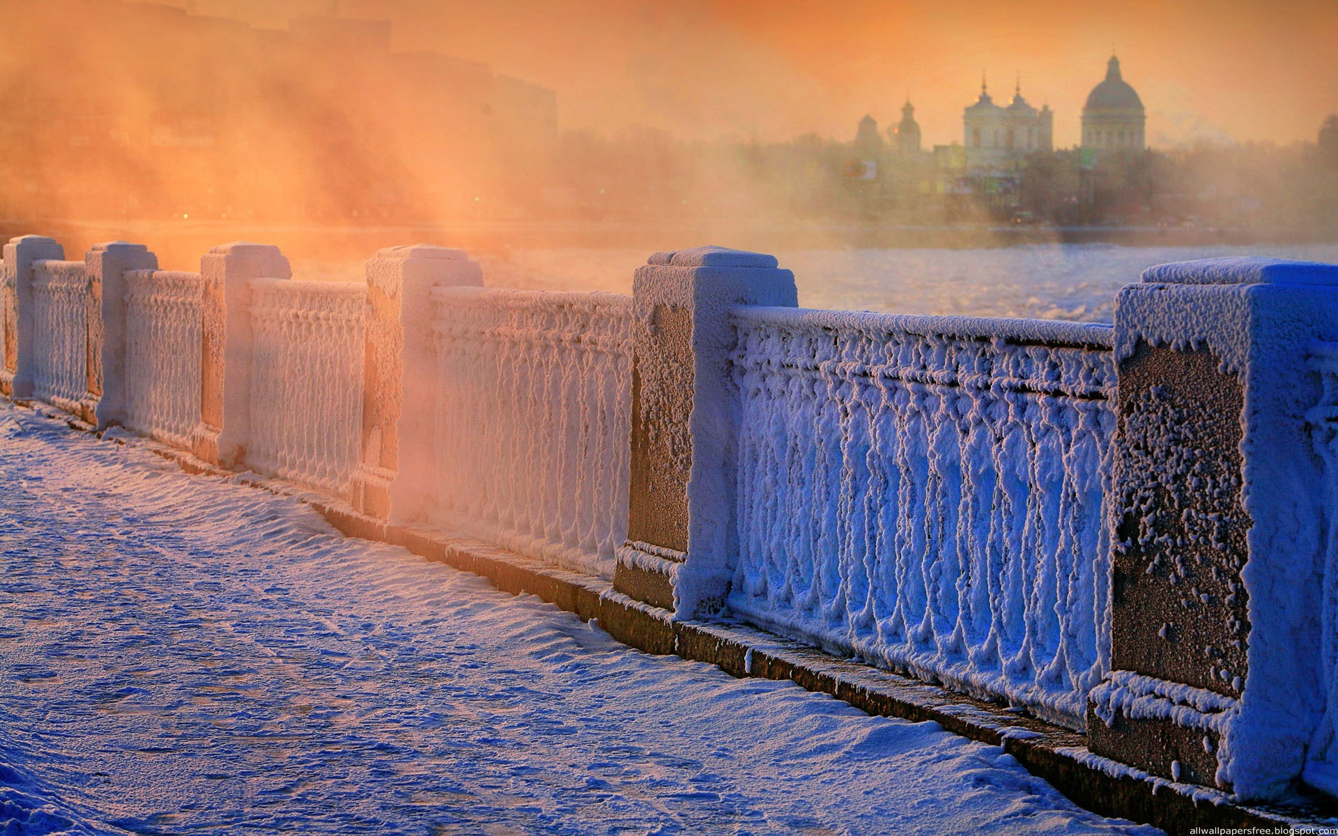 Winter_Snow_in_St._Petersburg_on_the_bridge_056670_