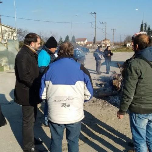 Τους αγρότες στη διασταύρωση  Νάουσας επισκέφθηκαν  ο Δήμαρχος Ν. Κουτσογιάννης με τον Αντιδήμαρχο Σ. Λογδανίδη.