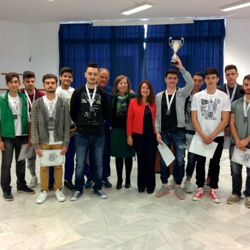 Η απονομή του κυπέλλου στην  πρωταθλήτρια ομάδα καλαθοσφαίρισης του 3ου ΓΕΛ Βέροιας