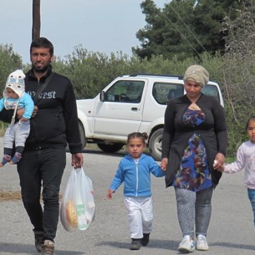 """""""Φεύγοντας αργά το βράδυ από το στρατόπεδο αφήσαμε το μυαλό μας στους πρόσφυγες…"""" Γράφει η Ελένη Παπαδοπούλου"""