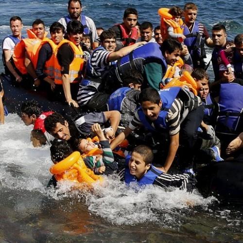 """""""Κανένας δε βάζει τα παιδιά του σε μια βάρκα εκτός αν το νερό είναι πιο ασφαλές από την ξηρά…"""" του Νίκου Μπογιόπουλου"""