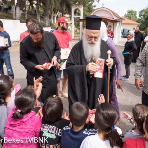 Δώρα σε πρόσφυγες μοίρασε ο Μητροπολίτης Βεροίας - photo