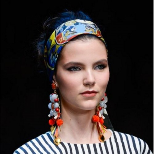 0560de20a39 Μόδα: 9 τρόποι να φορέσεις το μαντήλι στα μαλλιά σου
