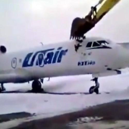 Οργή και απόγνωση- Εργαζόμενος διαλύει με εκσκαφέα αεροπλάνο επειδή τον απέλυσαν - Video