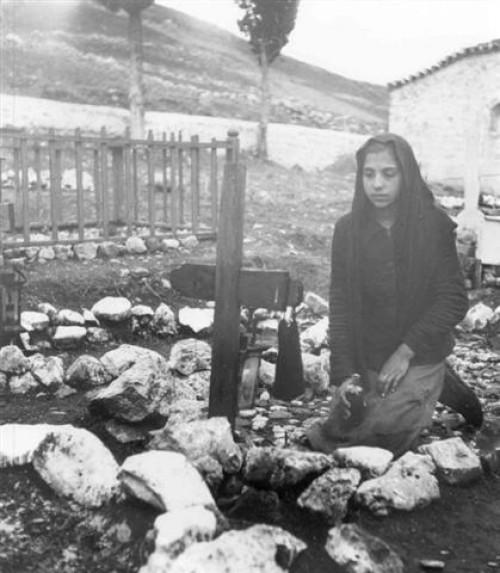 Στο νεκροταφείο. Φωτογραφικό Αρχείο του Μουσείου Μπενάκη