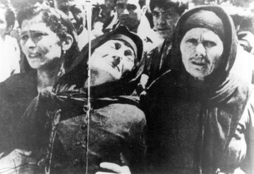 Η μάνα του δολοφονημένου Γ. Β. Γαμβρίλη σπαράζει υποβασταζόμενη από τη νύφη της Μαρία Γαμβρίλη και τη σύζυγο του Γιάννη Σφουντούρη