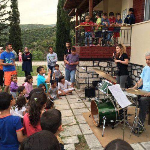"""Μουσική εκδήλωση με πολλαπλά μηνύματα για τους πρόσφυγες του Στρατοπέδου """"Αρματολού Κόκκινου"""""""