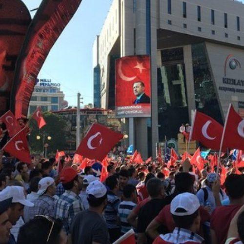 Μπαράζ εκκαθαρίσεων στην Τουρκία – Χιλιάδες απομακρύνονται ή συλλαμβάνονται (video)