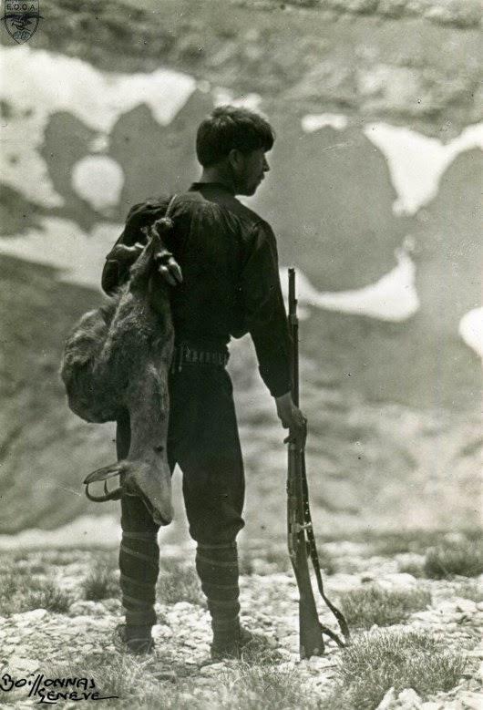 1913. Ο νεαρός κυνηγός Χρήστος Κάκαλος. Φωτογραφία Frederic Boissonnas