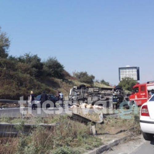 Θεσσαλονίκη: Ένας νεκρός και 5 τραυματίες από την εκτροπή νταλίκας στην Περιφερειακή - photo -video