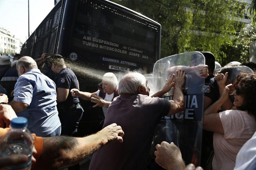 Επίθεση των ΜΑΤ με δακρυγόνα σε συνταξιούχους στο Μέγαρο Μαξίμου 3/10/2016