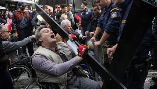 Χτύπημα ΜΑΤ σε διαδήλωση ΑμΕΑ στο υπουργείο Οικονομικών, 03/12/2014