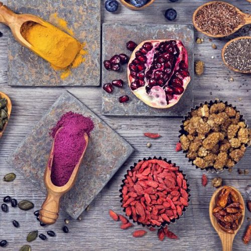 """4 εύκολες """"υπερτροφές"""" για την καθημερινή  διατροφή"""