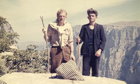 Ο John Κ. Campbell με ένα Σαρακατσάνο ποιμένα στο φαράγγι του Βίκου την εποχή που διεξήγαγε την έρευνά του – Ζαγόρι, μέσα της δεκαετίας του 1950
