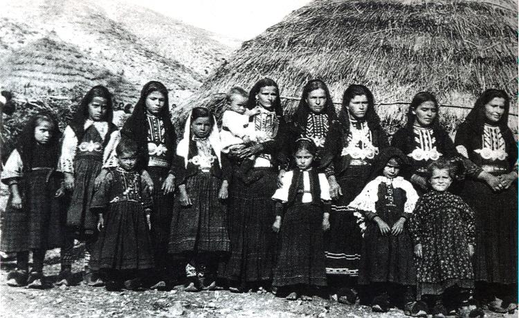 Γυναίκες και κορίτσια σε σαρακατσάνικο κονάκι της Ηπείρου, 1922