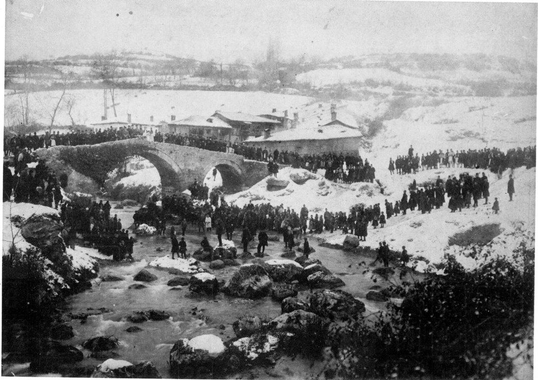 """Οι Βλάχοι """"ρίχνουν"""" το σταυρό τα Θεοφάνια στη Βέροια, 1906. Αφοί Μανάκια."""