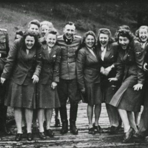 Γιατί οι φρουροί στο Άουσβιτς γελούσαν; Η ιστορία πίσω από τις φωτογραφίες που βρέθηκαν τυχαία