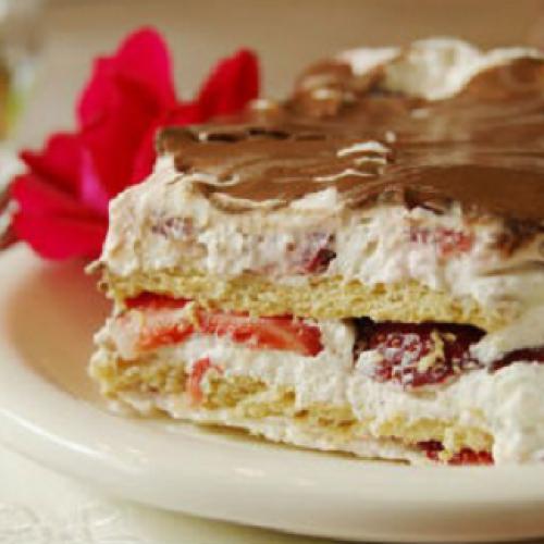Εύκολο μπισκοτογλυκό με φράουλες και σοκολάτα