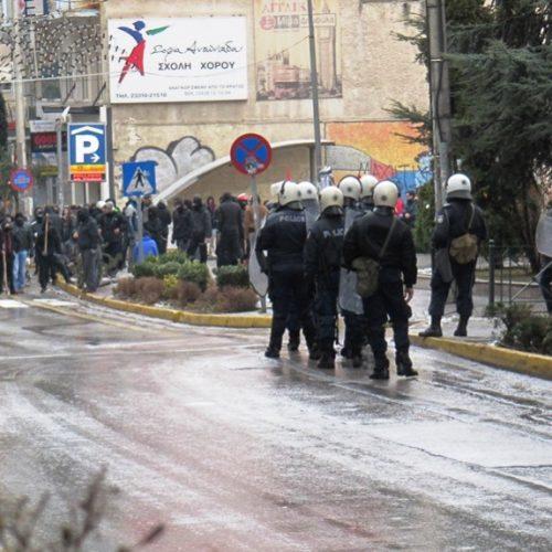 Εμπόλεμη ζώνη η Βέροια. Δακρυγόνα και συγκρούσεις αντιεξουσιαστών και Αστυνομίας κάτω από τα γραφεία της Χρυσής Αυγής