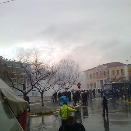 """ΕΛΜΕ Ημαθίας: Χημικά και δακρυγόνα """"έβρεξε"""" στη Βέροια για την προστασία της Χρυσής Αυγής"""
