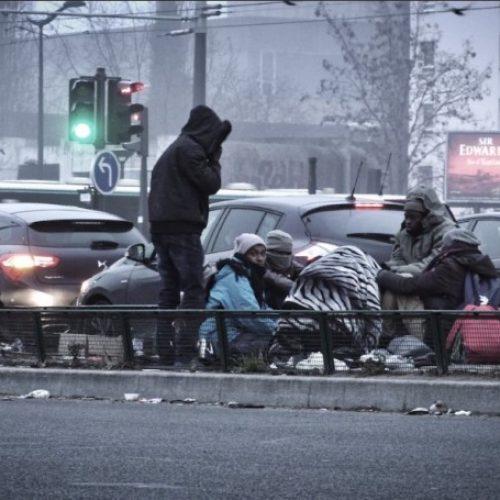Η αστυνομία του Παρισιού κατάσχει τις κουβέρτες μεταναστών για να τους διώξει απ' τους δρόμους