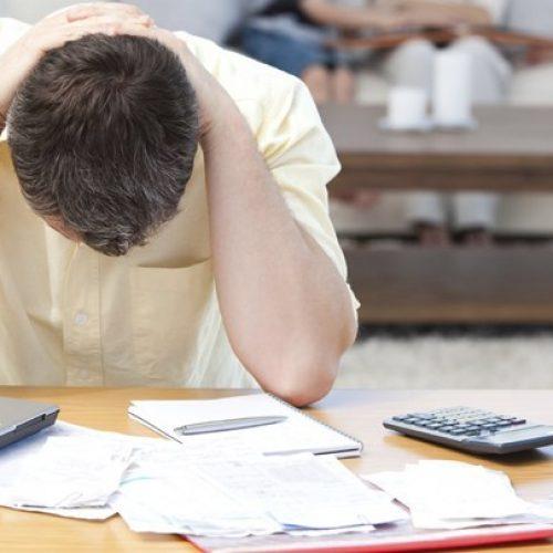Επαγγελματίας που παίρνει 1.000 ευρώ μισθό δίνει το 43% στο κράτος