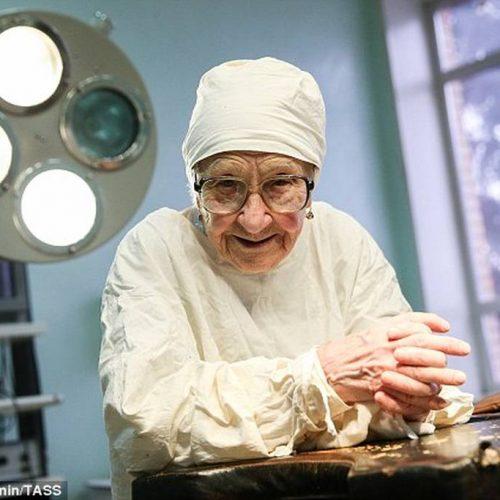 Η 90χρονη Ρωσίδα χειρουργός που αρνείται να αποσυρθεί!