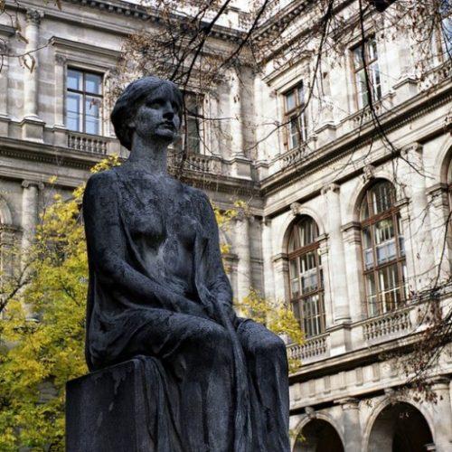 Υπατία, η γυναίκα - σύμβολο της ισότητας που λάτρεψε την επιστήμη.  Στις 8 Μαρτίου του 415 μ.Χ πεθαίνει με μαρτυρικό τρόπο