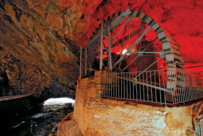 Μέσα στο σπήλαιο του Αγγίτη
