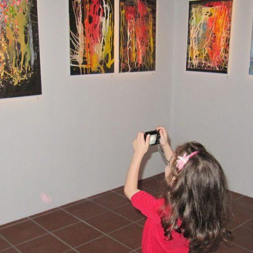 Μια έκθεση ζωγραφικής και δυο φιλότεχνες μικρούλες