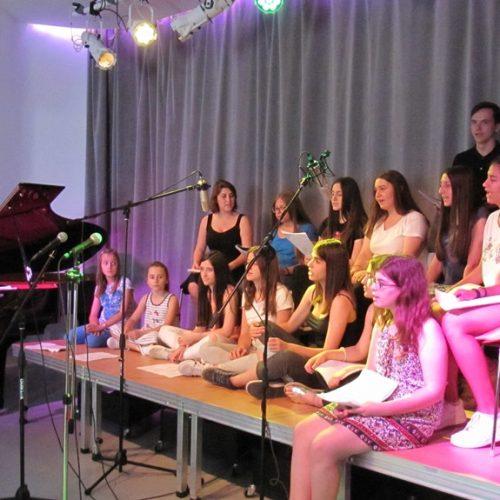 Ο Filippos Glee του Ωδείου Φίλιππος Βέροιας τραγουδώντας στη Δημόσια Βιβλιοθήκη