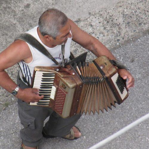 Νοσταλγικοί ήχοι παλιού ακορντεόν στα δρομάκια της Βέροιας