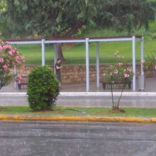 Στάση... χωρίς σκέπαστρο υπό βροχήν!