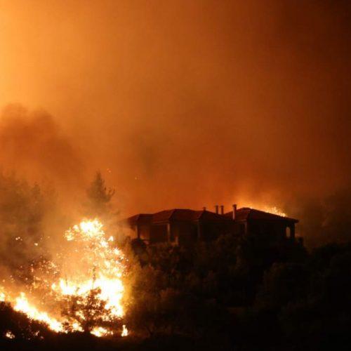 Ανεξέλεγκτη η πυρκαγιά στον Κάλαμο - Κινείται προς Βαρνάβα και Καπανδρίτι