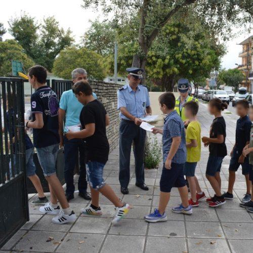 Ενημερωτικά φυλλάδια διένειμαν τροχονόμοι σε μαθητές δημοτικών σχολείων και γονείς σε περιοχές της Κ. Μακεδονίας