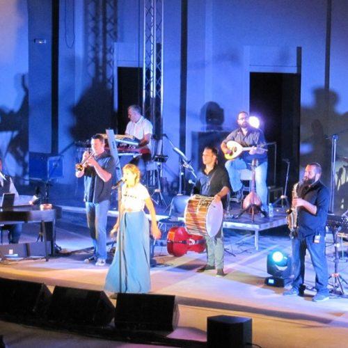 """Εκρηκτική η Νατάσα Μποφίλιου ενθουσίασε το κοινό της Βέροιας με την πολύχρωμη """"Βαβέλ"""" της"""