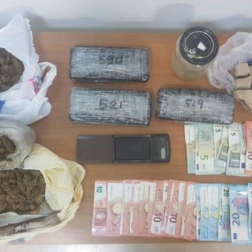 Από αστυνομικούς του Τ. Α. Έδεσσας συνελήφθη 54χρονος, σε αγροτεμάχιο του οποίου εντοπίστηκε πάνω από 1,5 κιλό ηρωίνη