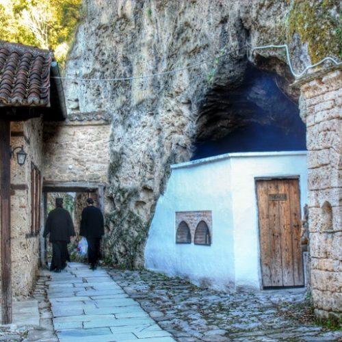 Η Πυροσβεστική Υπηρεσία Βέροιας απεγκλώβισε ιερομόναχο - Αποκολλήθηκε βράχος και κατέπεσε πάνω στο κελί