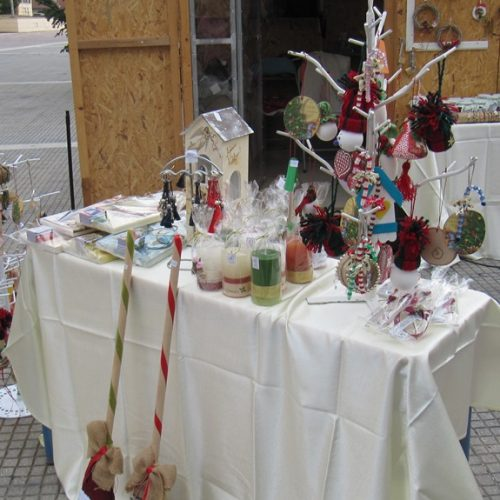 """""""Τα Παιδιά της 'Άνοιξης"""" έστησαν  το χριστουγεννιάτικο παζάρι αγάπης στην  Πλατεία Δημαρχείου στη Βέροια"""